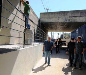 Passarela elevada para pedestres na rua Capitão Luís Brandão deve ser liberada na próxima semana